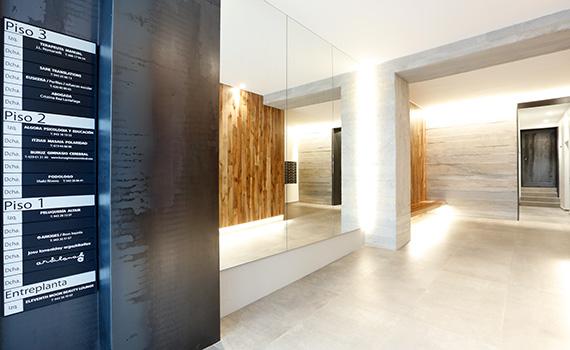 Interior del portal nº4 de la calle Calbetón de Eibar, con el directorio de empresas